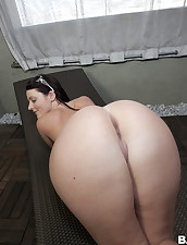 Sophie Dee came to shake her phat rump..